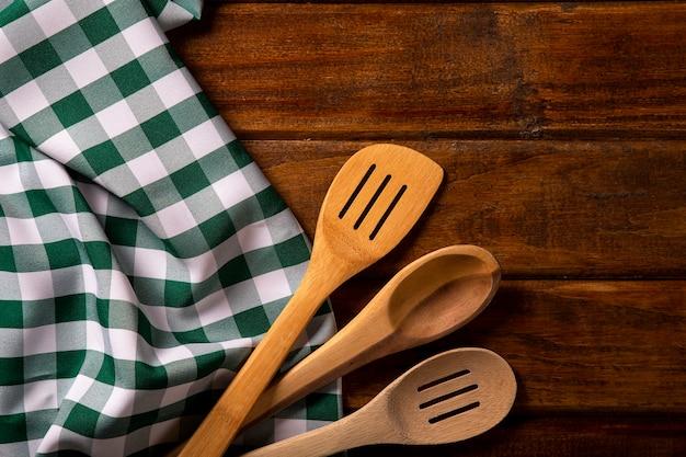 Servilleta verde con cuchara sobre la mesa.