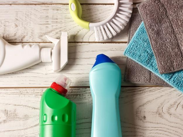 Servilletas de microfibra de colores, agente de limpieza, spray y pincel sobre w