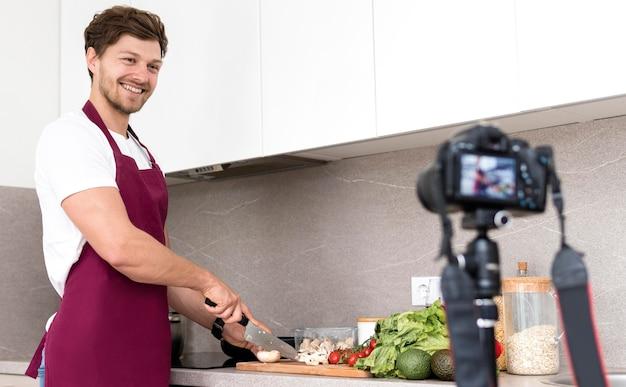 Sesión de cocina de grabación masculino guapo