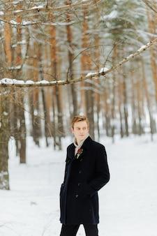 Sesión fotográfica de bodas de invierno en la naturaleza