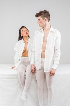Sesión fotográfica boudoir con modelos en blanco.