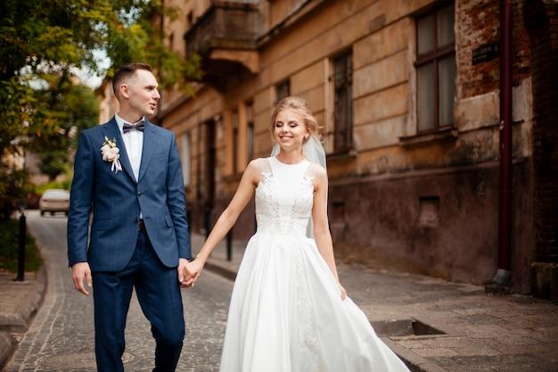 Sesión de fotos de boda. novia y novio caminando en la ciudad