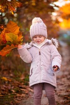 Sesión de fotos para niños en el otoño en las hojas