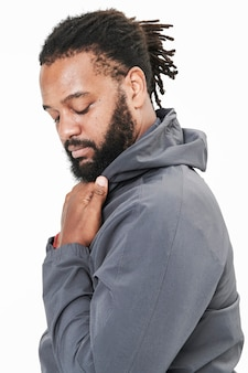 Sesión de moda de hombres en gris con capucha en estudio