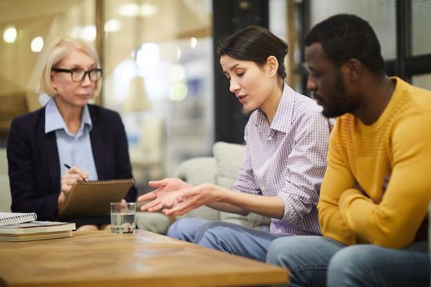 Sesión de pareja de raza mixta en terapia