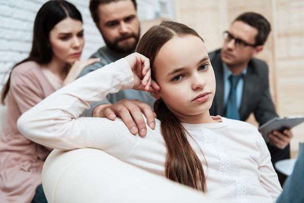 Sesión de terapia psicológica familiar de niña aburrida