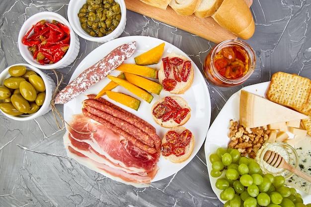 Set de aperitivos de vino italiano antipasti. comida italiana.