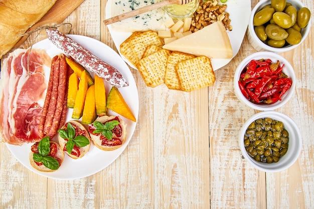 Set de aperitivos de vino italiano antipasti. fuente de catering antipasto