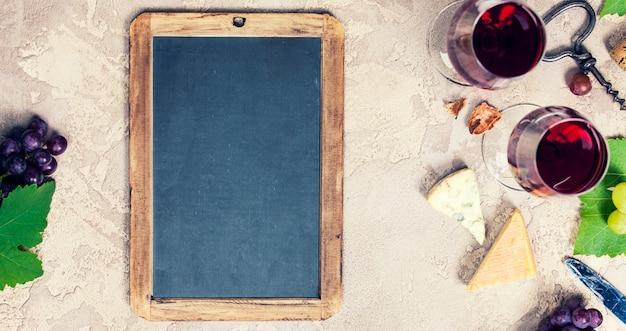 Set de aperitivos de vino: selección de quesos franceses, uvas y nueces