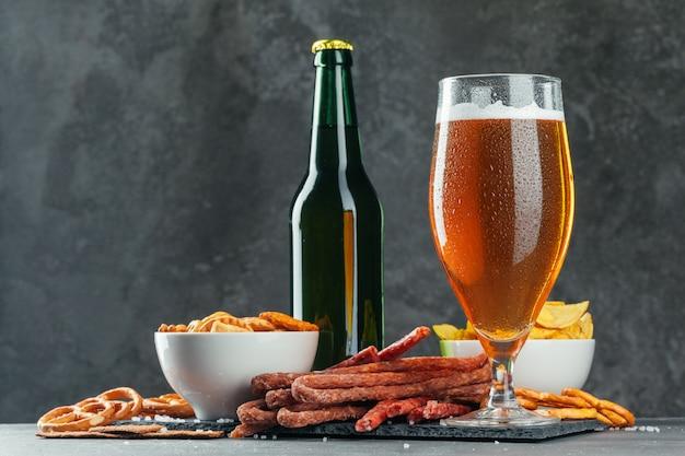 Set de cerveza y apetitosos aperitivos de cerveza