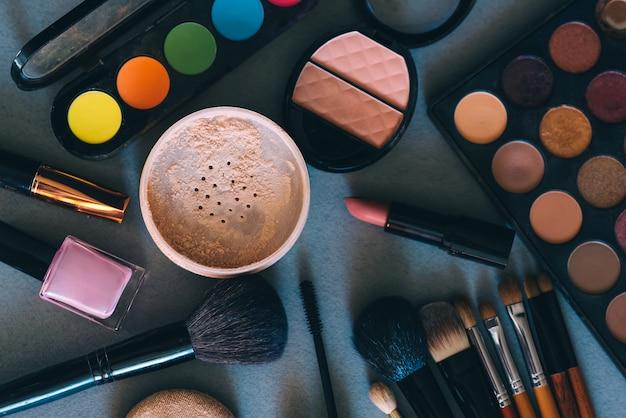 Set de cosmética profesional, herramientas para el maquillaje y cuidado de la piel femenina.