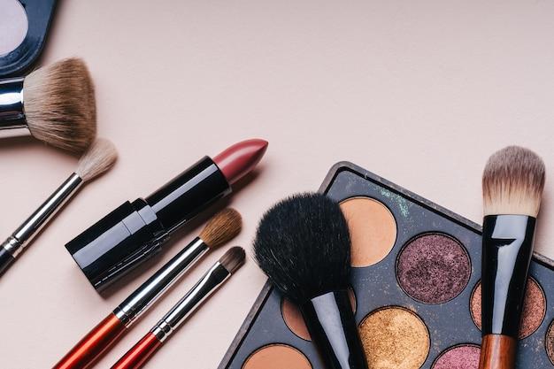 Set de cosmética profesional para maquillaje y cuidado de la piel y belleza femenina.