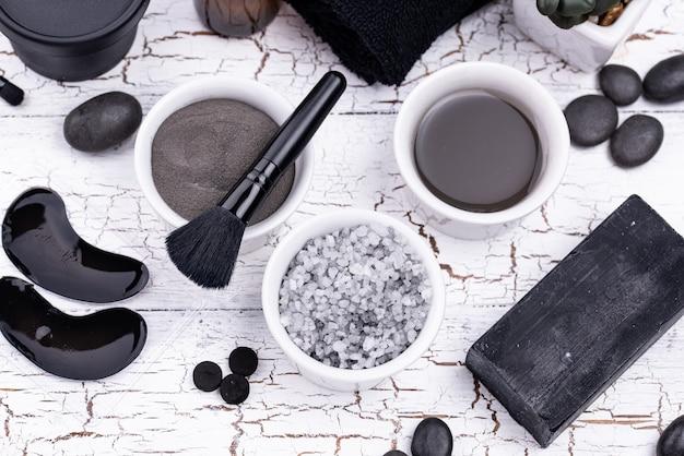 Set de cosméticos detox de carbón negro.