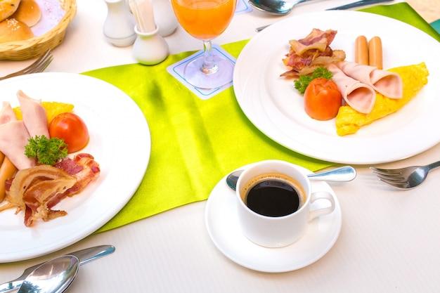 Set de desayuno y café negro caliente.