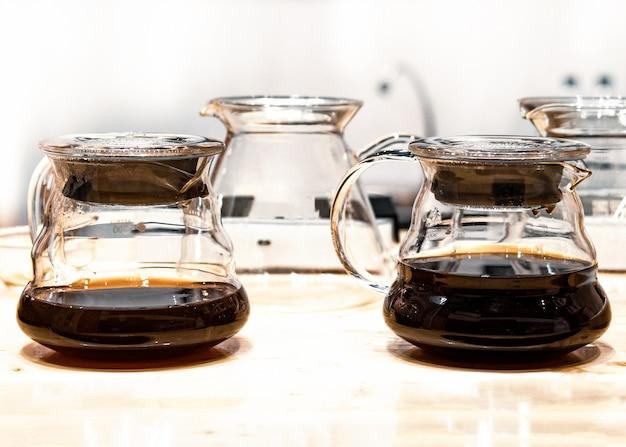 Set de goteo de café, haciendo que el café gotea en la cafetería