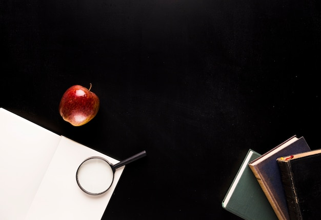 Set para leer en escritorio negro