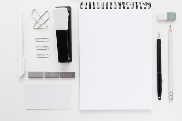 Set de papelería en blanco y negro