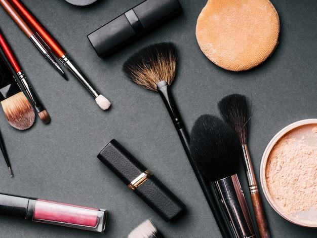 Set profesional de cosméticos para maquillaje y cuidado de la piel.