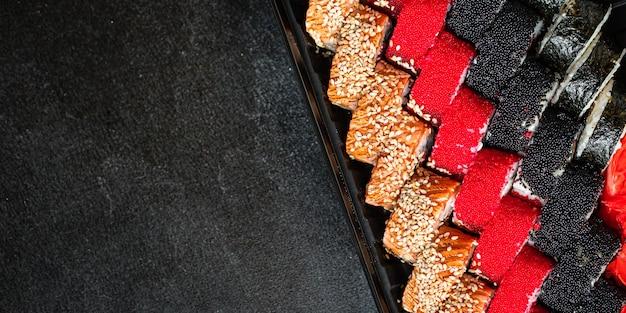Set de rollos de sushi salmón, trucha, atún, bocadillo fresco de caviar tobiko