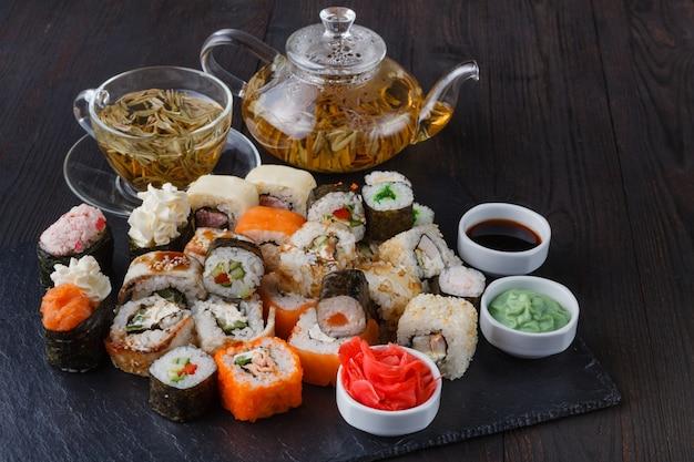 Set de sushi japonés con té verde listo para servir