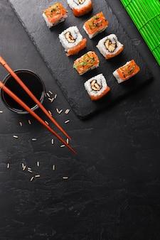 Set de sushi y maki en mesa de piedra. vista superior con espacio de copia