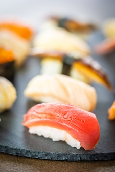 Set de sushi nigiri con cáscara de anguila de camarón y salmón de atún salmón
