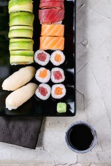 Set de sushi nigiri y rollos
