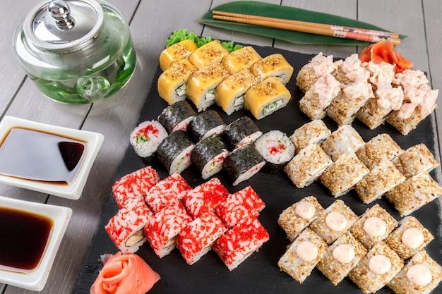 Set de sushi y rollos