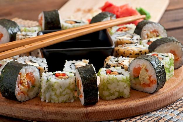 Set de sushi en tablero de madera