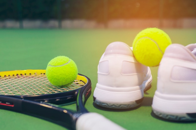 Set de tenis en la pista dura.