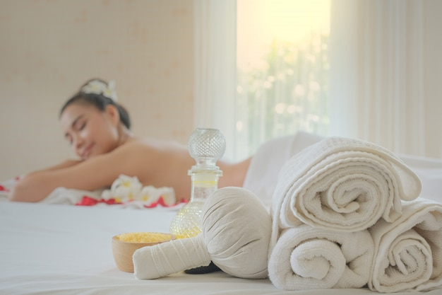 Set de tratamiento de spa y masaje aromático con aceite en la cama.