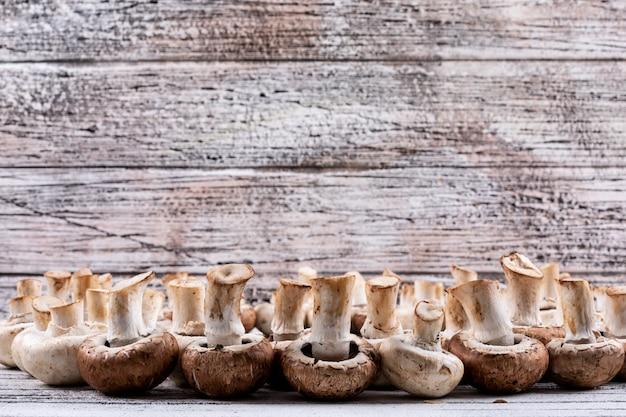 Setas volteadas en una mesa de madera. vista lateral.