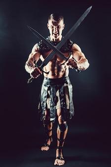 Severo bárbaro en traje de cuero con espada