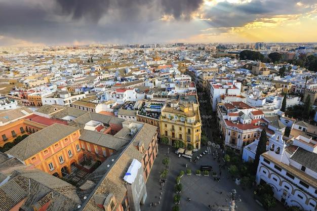 Sevilla, españa - 3 de enero de 2019: vista de la ciudad de sevilla desde la torre de la catedral de la giralda, sevilla (sevilla), andalucía, sur de españa