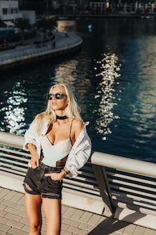 Sexy dama rusa en el hermoso lugar turístico de la ciudad de dubai emiratos en el país árabe y el estilo de vida urbano de la ciudad. fotografía en movimiento mejor portada para el concepto de revista turística.
