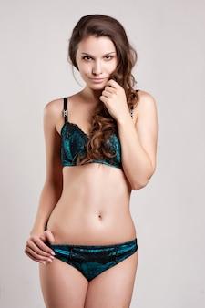 Sexy mujer joven en ropa interior. luz suave y colores