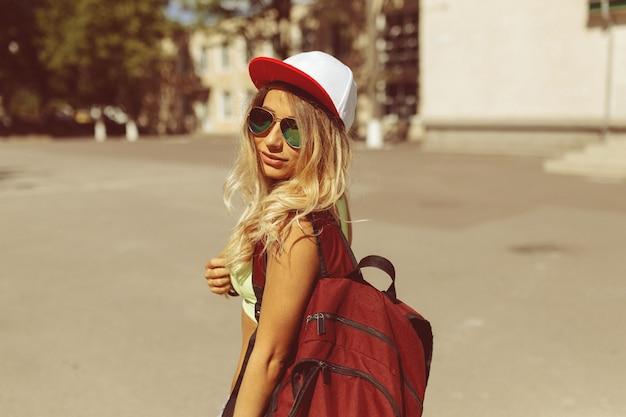 Sexy mujer joven rubia caminando por la calle