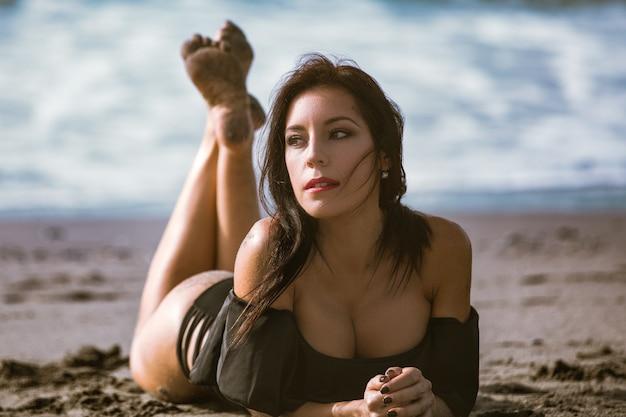 Sexy, mujer, mentira en la playa, en, biquini