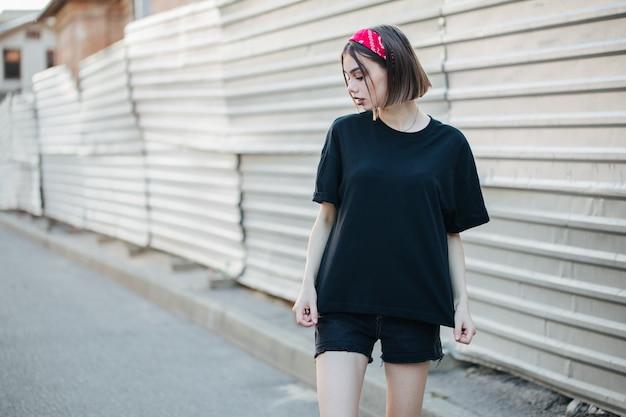 Sexy mujer o niña con camiseta negra en blanco