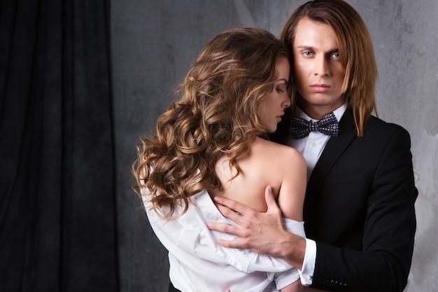 Sexy pareja elegante en la tierna pasión