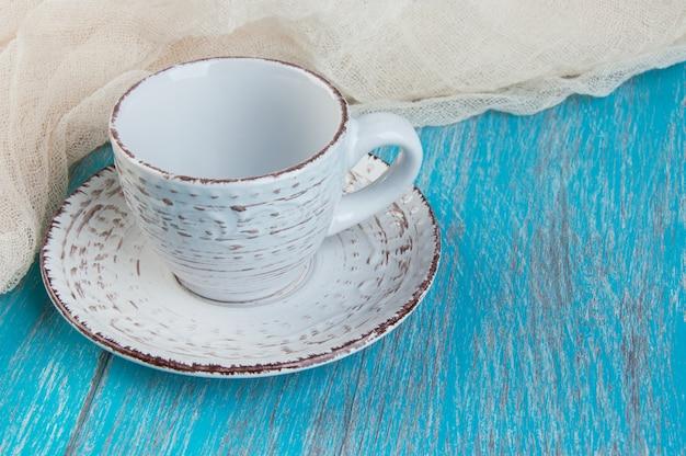 Shabby beige taza y platillo
