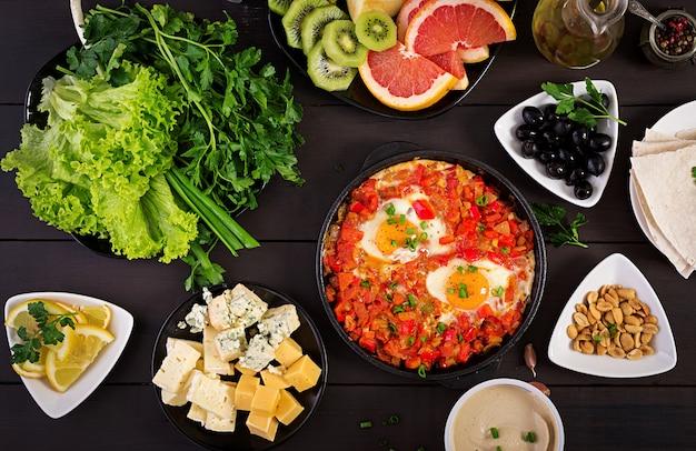 Shakshuka turco con aceitunas, queso y verduras.