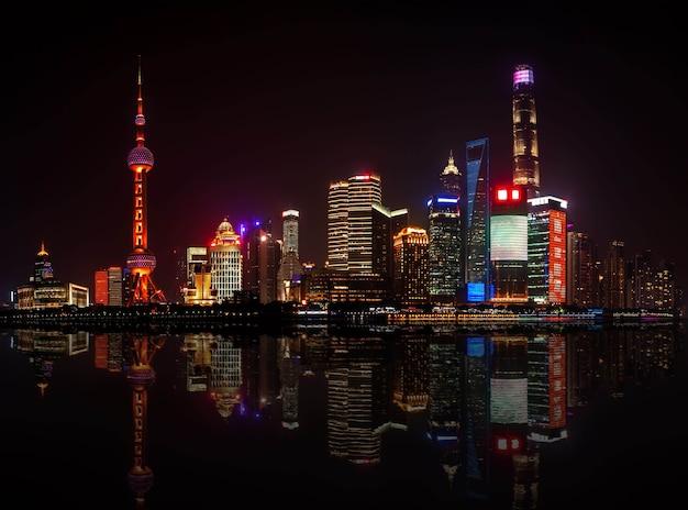 Shanghai, china - 17 de mayo de 2018: la torre de radio y televisión de la perla oriental y edificios de shanghai. vista panorámica desde el terraplén del vaitan hasta el distrito de pudong