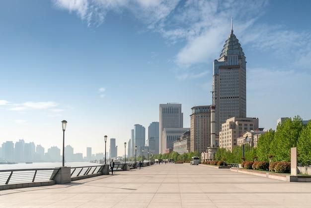 Shanghai, china horizonte de la ciudad en el río huangpu.