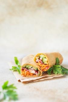 Shaurama doner kebab pan de pita relleno de verduras plato orgánico comida sana vegetariana comida vegana o vegetariana
