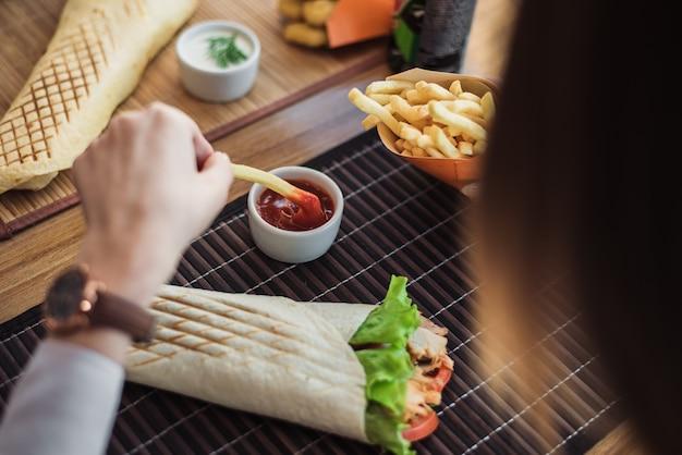 Shawarma y papas fritas con salsa