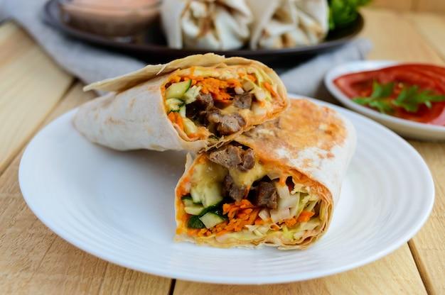 Shawarma rellena de: carne a la parrilla, salsa, verduras