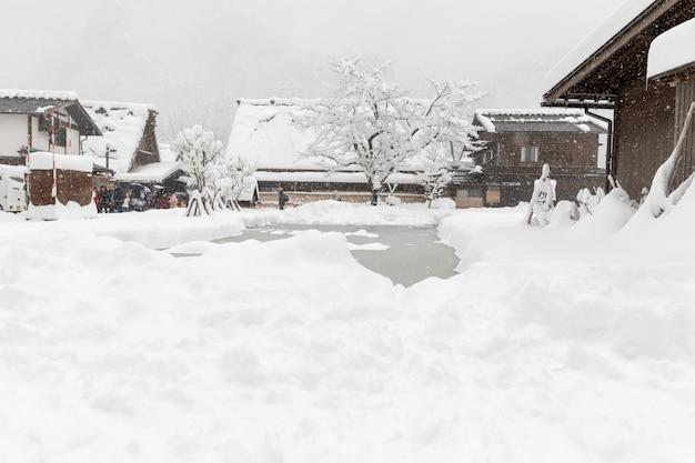 Shirakawa ir pueblo en la temporada de nieve de invierno