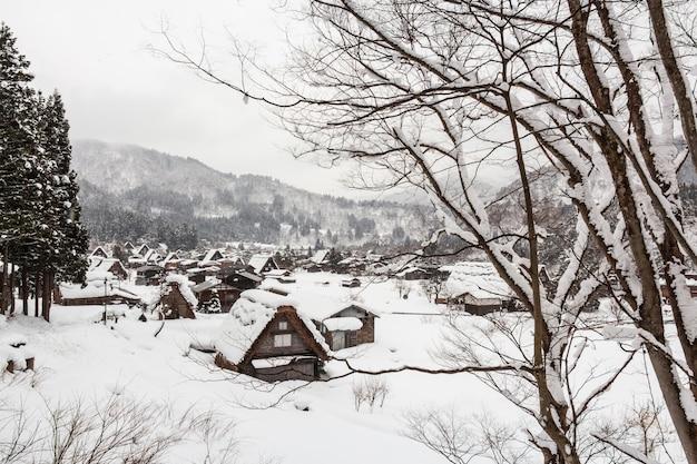 Shirakawago pueblo con nieve caída en temporada de invierno