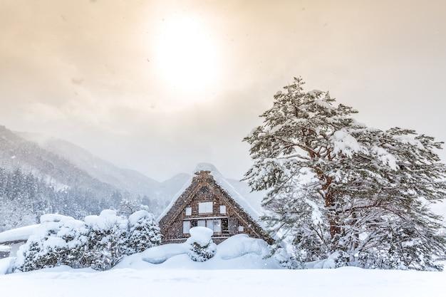 Shirakawago con sol nieve